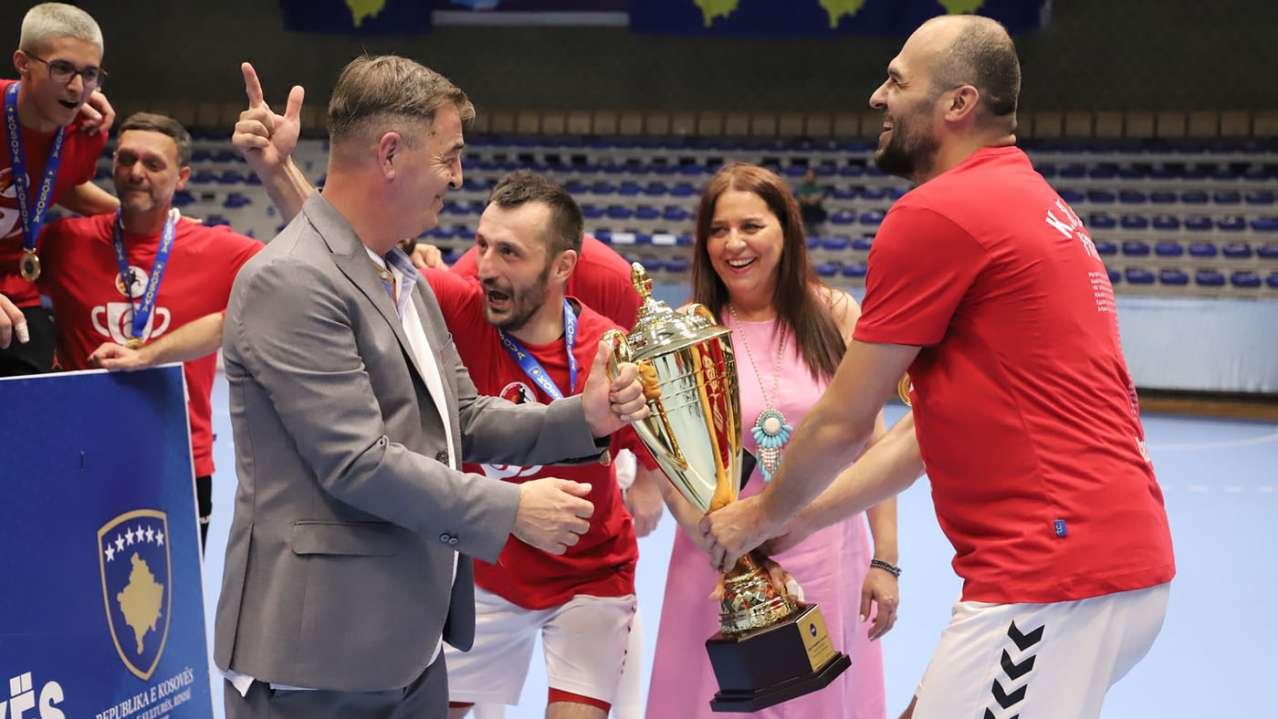 Ministrja për Kulturë, Rini dhe Sport, Vlora Dumoshi me presidentin e FHK-së, Eugen Saraçini, tue ia dhurue kupën lojtarëve të Besës