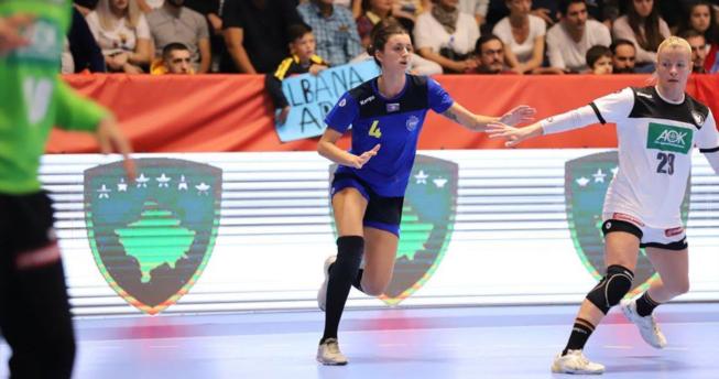 Në foto shihet hendbollistja Albana Arifi dhe një lojtare kundërshtare duke vrapuar gjatë ndeshjes që ishte duke u zhvilluar.
