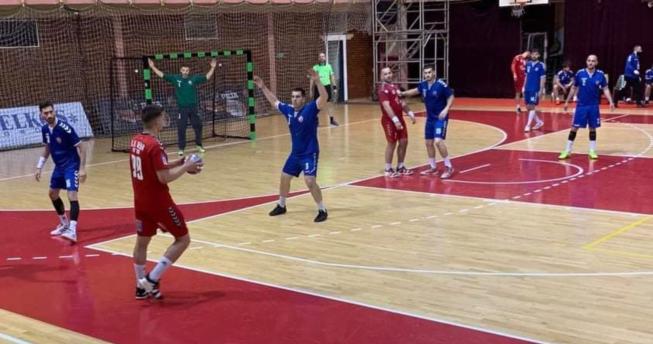 Lojtari ka topin në dorë dhe po mundohet t'ia pasojë bashkëlojtarit të tij, njëri kundërshtar ka ngritur duart lartë dhe po mundohet ta bllokojë pasimin, kundërshtarët e tjerë po presin rastin e duhur për të ndërhyrë.