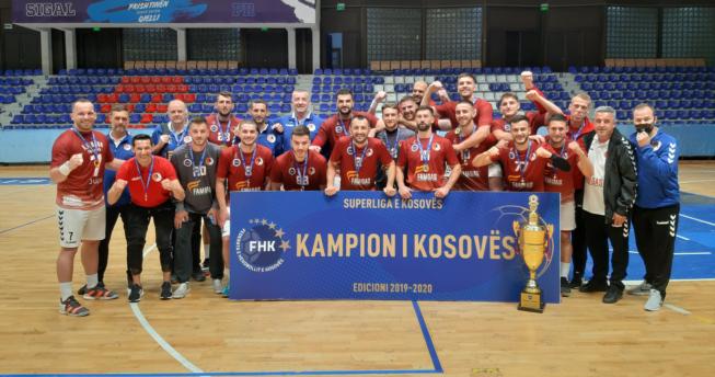 Kampionët e Kosovës në hendboll bashkë me trajnerët janë të gëzuar për fitoren e tyre në Superligë