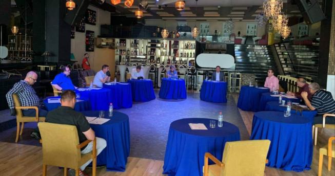 Në foto shihen Bordi i Federatës së Hendbollit të Kosovës, duke mbajtur një mbledhje.