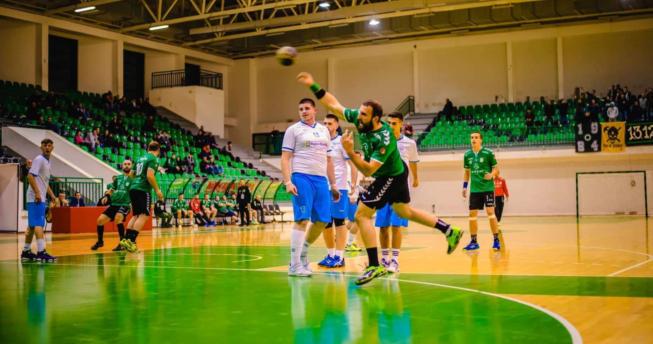 Një lojtarë ka gjuajtur topin për të shënuar dhe mbrapa tij janë lojtarët e të dy ekipeve.