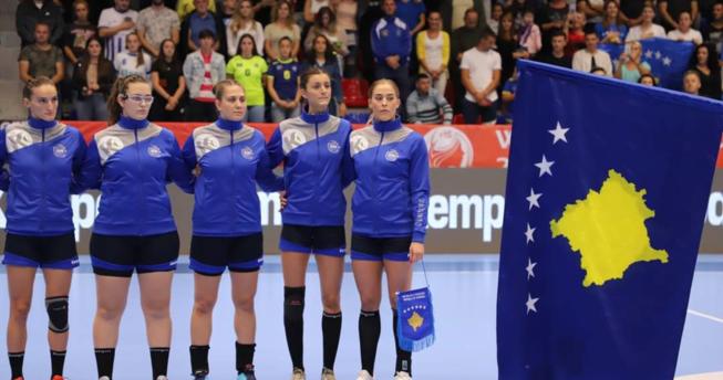 Në foto shihen disa nga lojtaret e Kombëtares sonë, si dhe flamuri i Republikës së Kosovës.