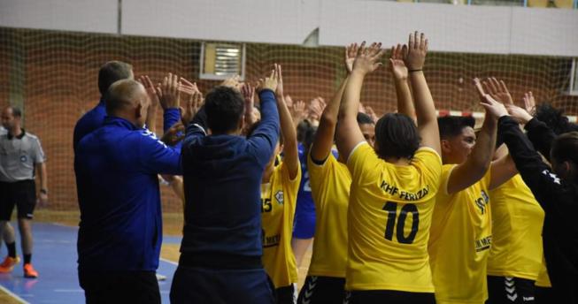 Lojtaret gëzojnë fitoren bashkë me trajnerët e skuadrës.