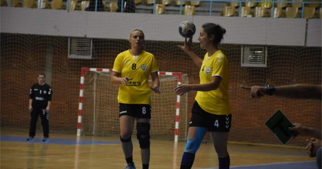 Lojtarja ia hedh topin bashkëlojtares së saj.