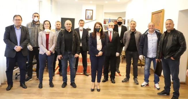 Në foto shihen Ministrja e Kulturës, Rinisë dhe Sportit, Vlora Dumoshi, Bordi i FHK-së, drejtues të federatave sportive dhe KOK-ut, pas mbledhjes që është mbajtur për planin e rifillimit të garave.