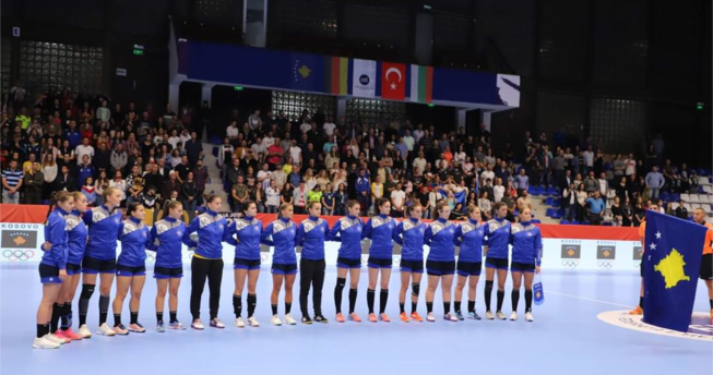 Në foto shihen hendbollistet e Kombëtares sonë duke e dëgjuar Himnin e Kosovës para fillmit të ndeshjes.