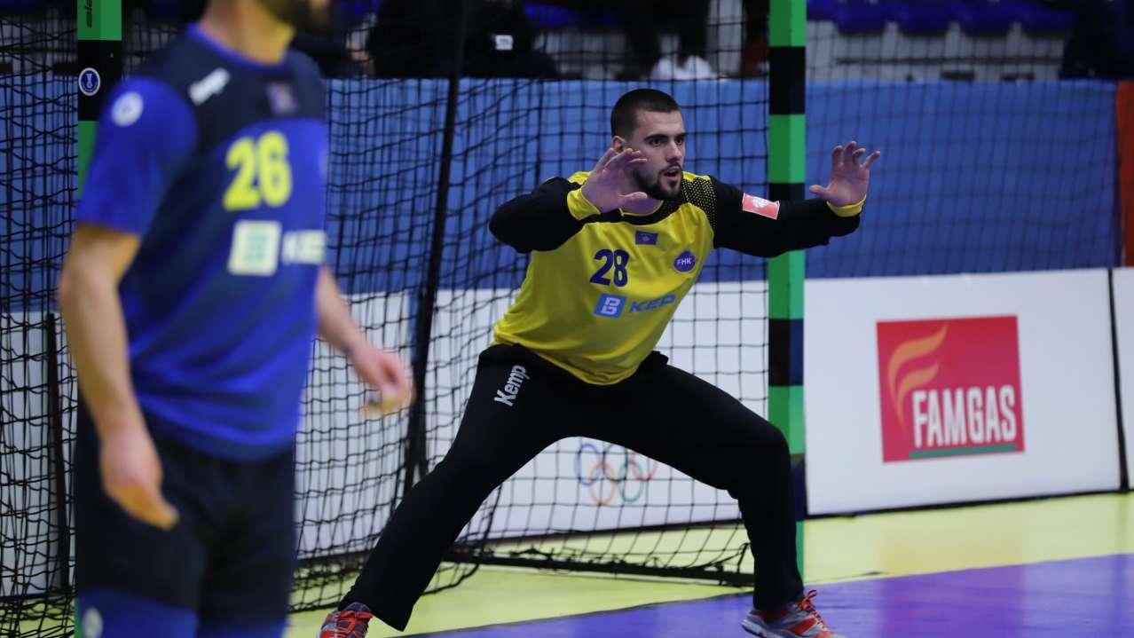 Haris Berisha tue qëndrue në portë me duart lart gjatë lojës