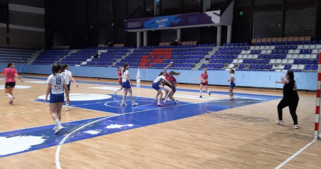 Në foto shihen lojtaret e dy skuadrave duke luajtur