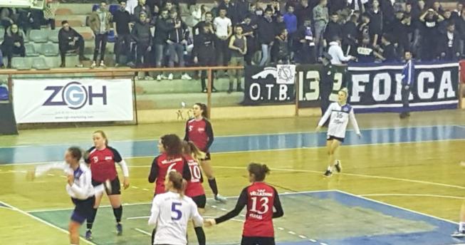Në foto shihet një lojtare e cila tashmë ka gjuajtur topin, kurse mbrapa saj janë pesë lojtare të ekipit kundërshtar dhe dy bashkëlojtare të saj.