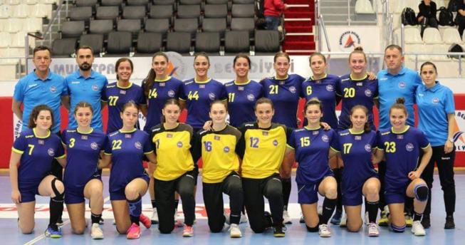 Në foto shihen hendbollistet që do t'a përfaqësojnë Kosovën në Kampionatin Botëror 2021, gjithashtu në foto janë edhe trajnerët e tyre.