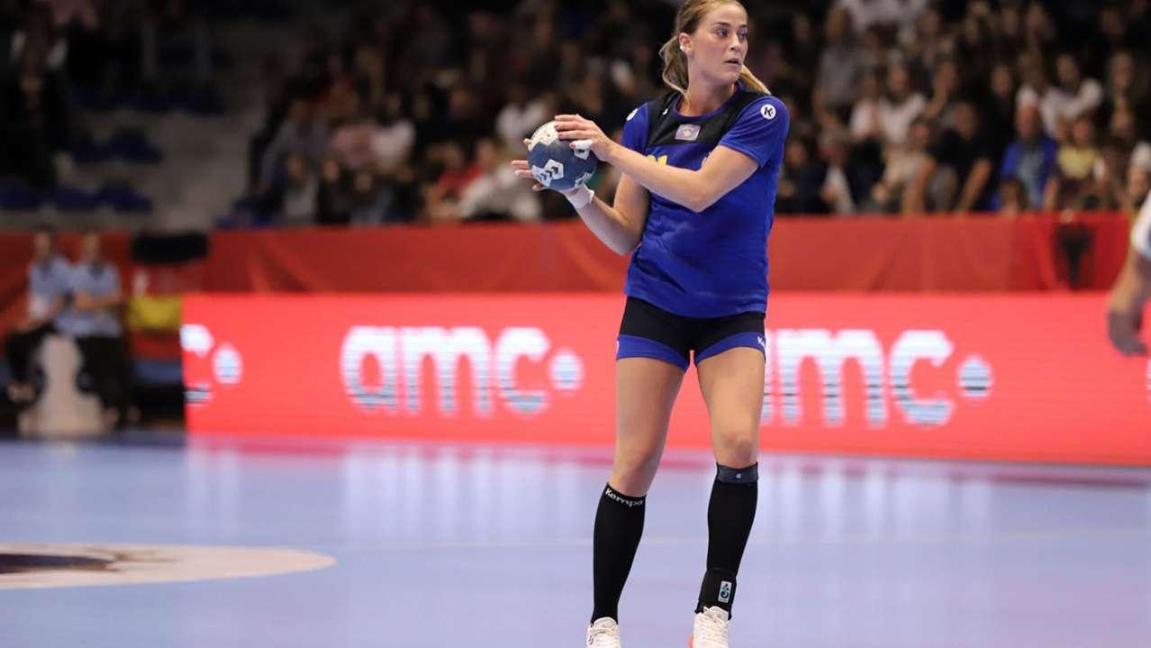 Leonora Demaj me top në dorë gjatë ndeshjes