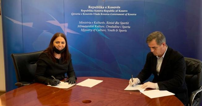 Në foto shihet presidenti i FHK-së Eugen Saraçini dhe Ministrja e Kulturës, Rinisë dhe Sportit, Vlora Dumoshi duke nënshkruar memorandumin e bashkëpunimit ndërmjet tyre.