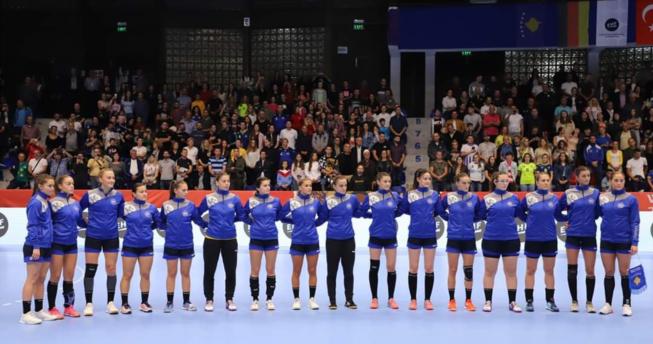 Në foto shihen hendbollistet e Kombëtares sonë duke e dëgjuar himnin e Kosovës para fillimit të ndeshjes.