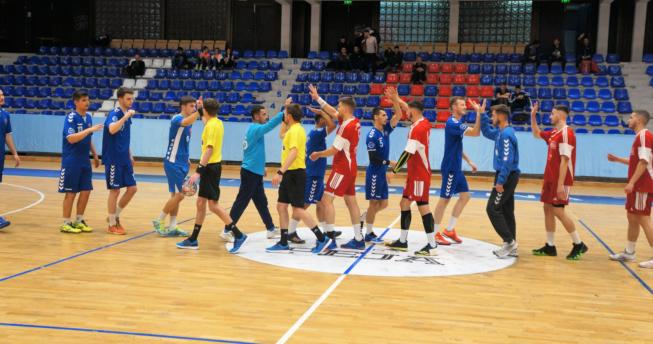Në foto shihen gjyqtarët dhe hendbollistët e të dy ekipeve duke u përshëndetur me njëri-tjetrin para fillimit të ndeshjes.