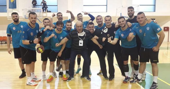 Lojtarët bashkë me trajnerin gëzohen për fitoren e tyre.