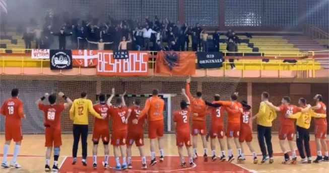 Në foto shihen lojtarët duke shikuar nga publiku dhe duke festuar së bashku për ndeshjen e fituar.