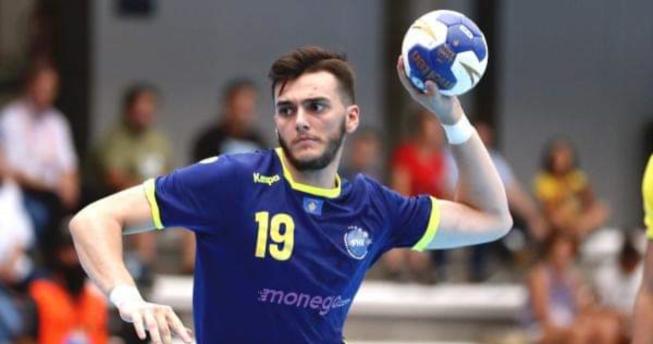 Në foto shihet hendbollisti Albin Xhafolli i cili ka topin në dorë dhe po mundohet të shënojë.