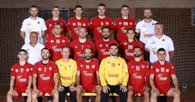 Në foto shihen hendbollistët e Besa Famgas bashkë me trajnerët e tyre.