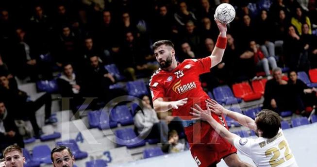 Lojtari është hedhur lartë me top në dorë gati për të shënuar kurse kundërshtari po përpiqet t'a ndalojë atë.