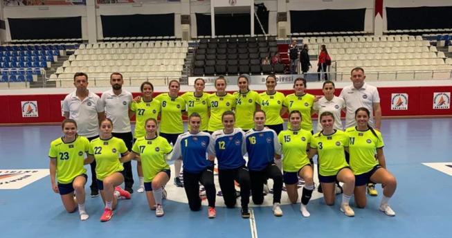 Në foto shihen lojtaret e Kombëtares së Kosovës bashkë me trajnerët e tyre.