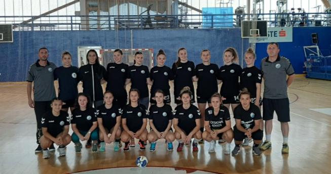 Në foto shihen hendbollistet e skuadrës Istogu bashkë me trajnerët e tyre.