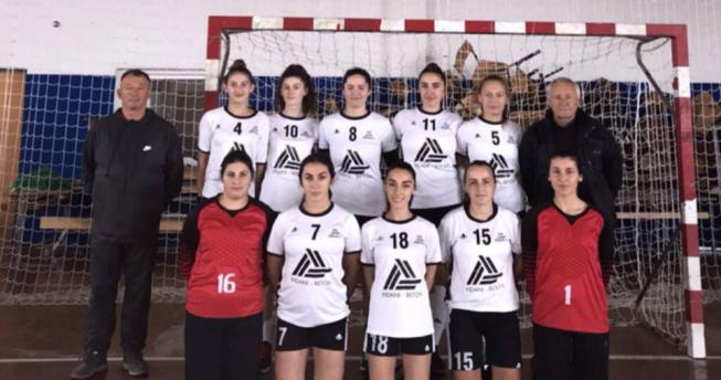 Në foto shihen lojtaret e klubit 'Jusuf Gërvalla' bashkë me trajnerët e tyre.