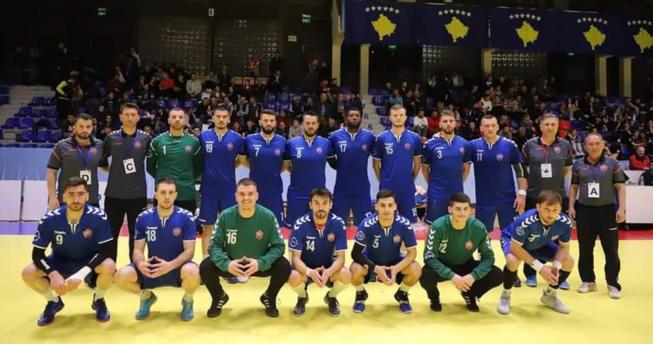 Në foto shihen hendbollistët e ekipit Kastrioti bashkë me trajnerët e tyre.