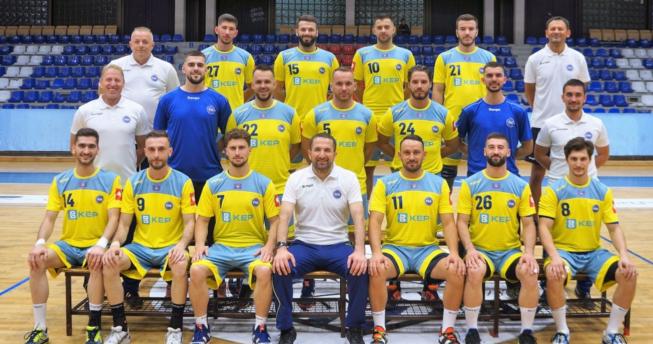 Në foto shihen hendbollistët e Kombëtares së Kosovës bashkë me trajnerët e tyre.
