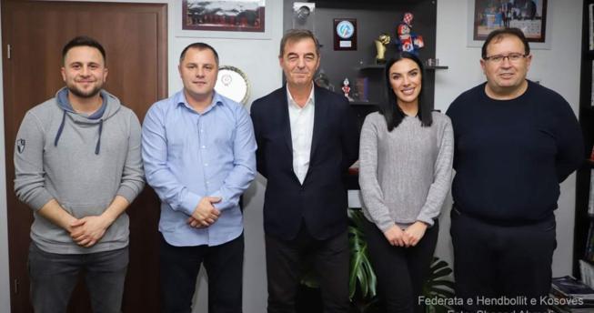 Në foto shihen kryetari i Shoqatës së Gazetarëve Sportivë të Kosovës (SHGSK), Edmond Thaçi, dhe dy nënkryetarët, Alba Merovci dhe Jon Ajeti, si dhe presidenti i FHK-së Eugen Saraçini dhe sekretari i përgjithshëm Izet Gjinovci.