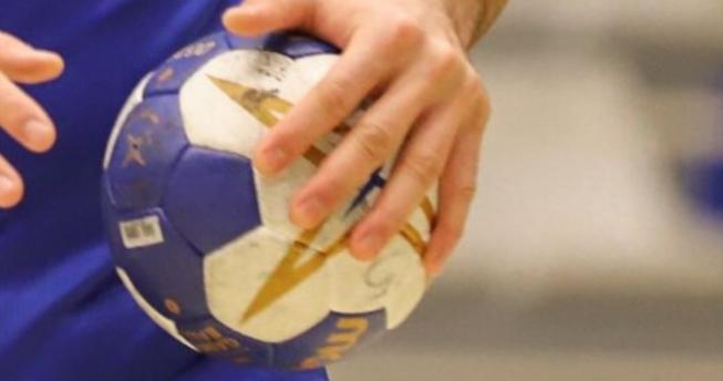 Në foto shihet dora e një hendbollisti duke e mbajtur topin.