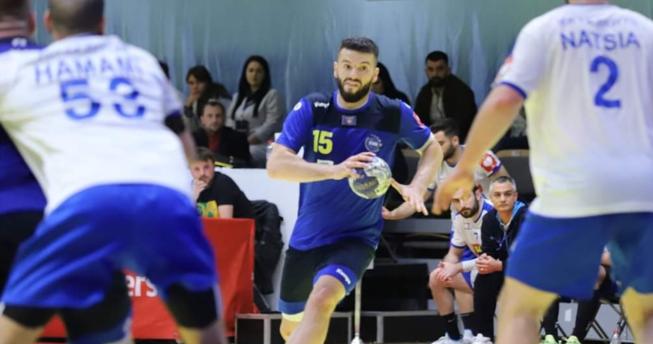 Në foto shihet hendbollisti Deniz Terziqi.