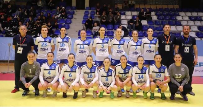 Në foto shihen hendbollistet e skuadrës Vushtrria bashkë me trajnerët e tyre.