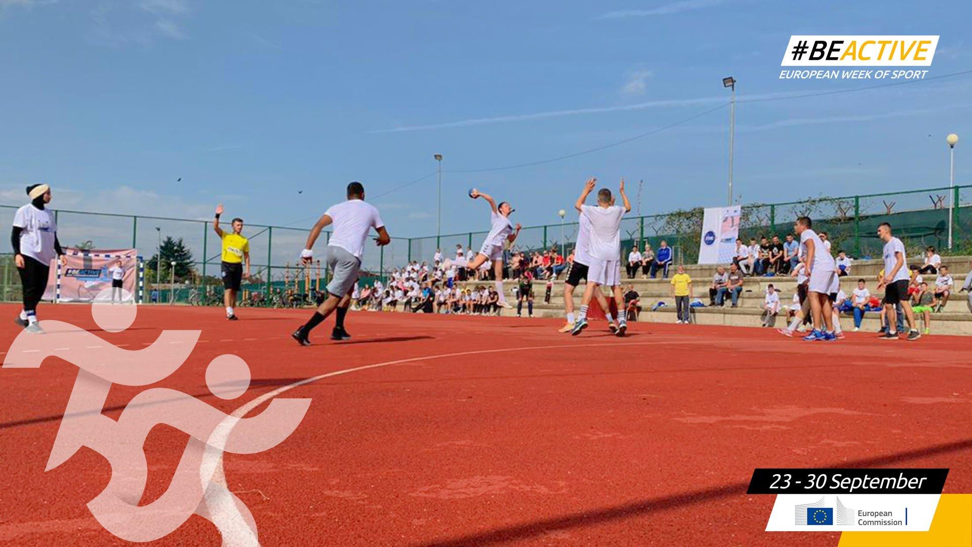 Femijet duke luajtur hendboll