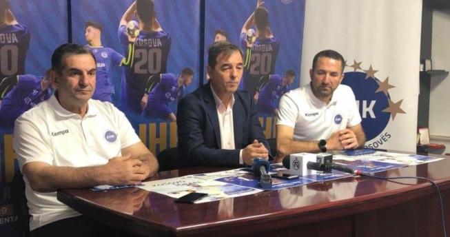 Në foto shihet presidenti i FHK-së, Eugen Saraçini bashkë me trajnerin, Fatmir Muhaxheri dhe përzgjedhësin e kombëtares sonë, Taip Ramadani.