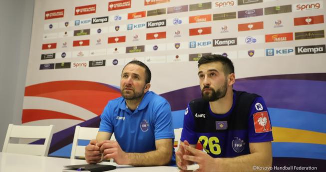 Në foto shihet përzgjedhësi i Kombëtares sonë, Taip Ramadani dhe hendbollisti, Drilon Tahirukaj.