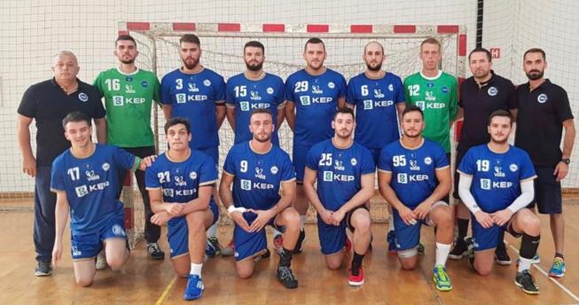 Në foto shihen hendbollistët e Kombëtares sonë bashkë me trajnerët e tyre.