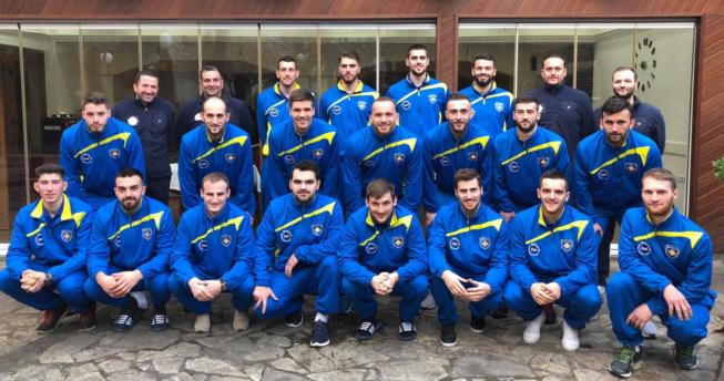 Në foto shihen lojtarët e Kombëtares sonë bashkë me përzgjedhësin, Taip Ramadani dhe trajnerët tjerë.
