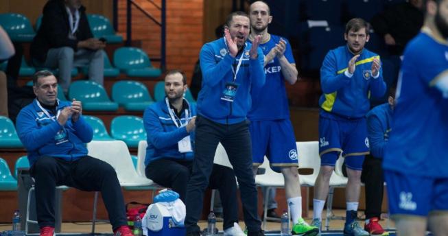 Në foto shihet përzgjedhësi i Kombëtares sonë, Taip Ramadani bashkë me trajnerët dhe disa lojtarë.