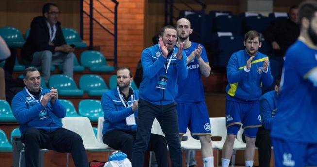 Në foto shihet përzgjedhësi i Kombëtares sonë, Taip Ramadani, bashkë me disa lojtarë dhe trajnerët.
