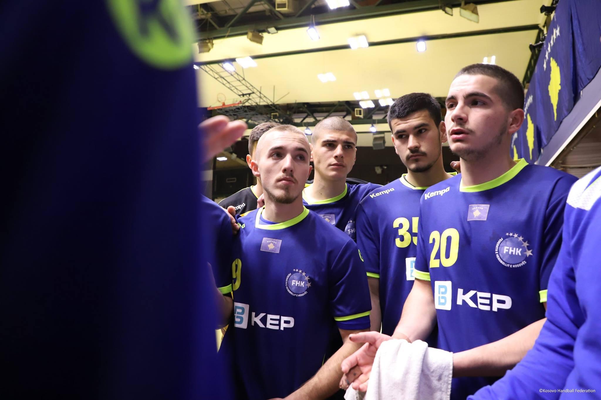 Lojtaret e perfaqesueses se Kosoves ne hendboll duke e degjuar trajnerin