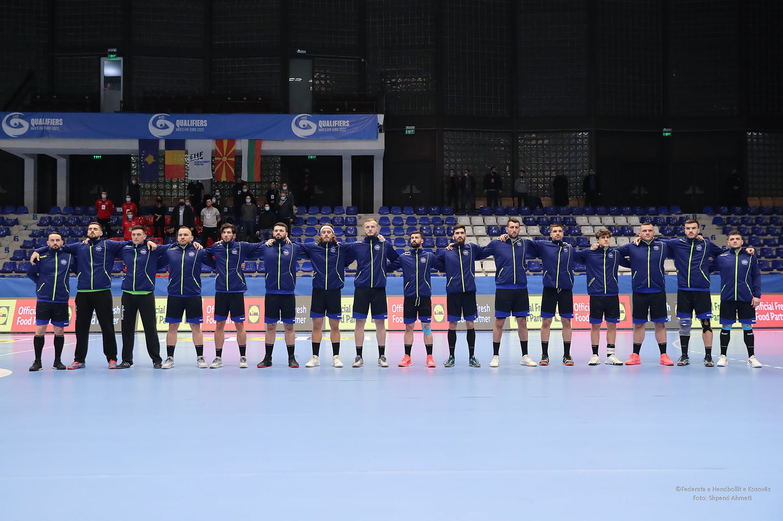 Ekipi i perfaqesueses se kosoves e rreshtuar para ndeshjes me Rumanine