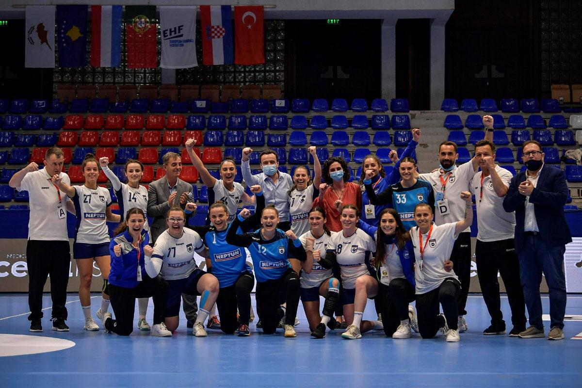 Perfaqesuesja e Kosoves ne hendboll duke festuar me Kryeministrin Albin Kurti